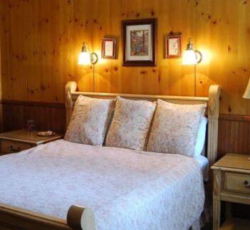 1 Queen Bed Forest View, Narrow Gauge Inn